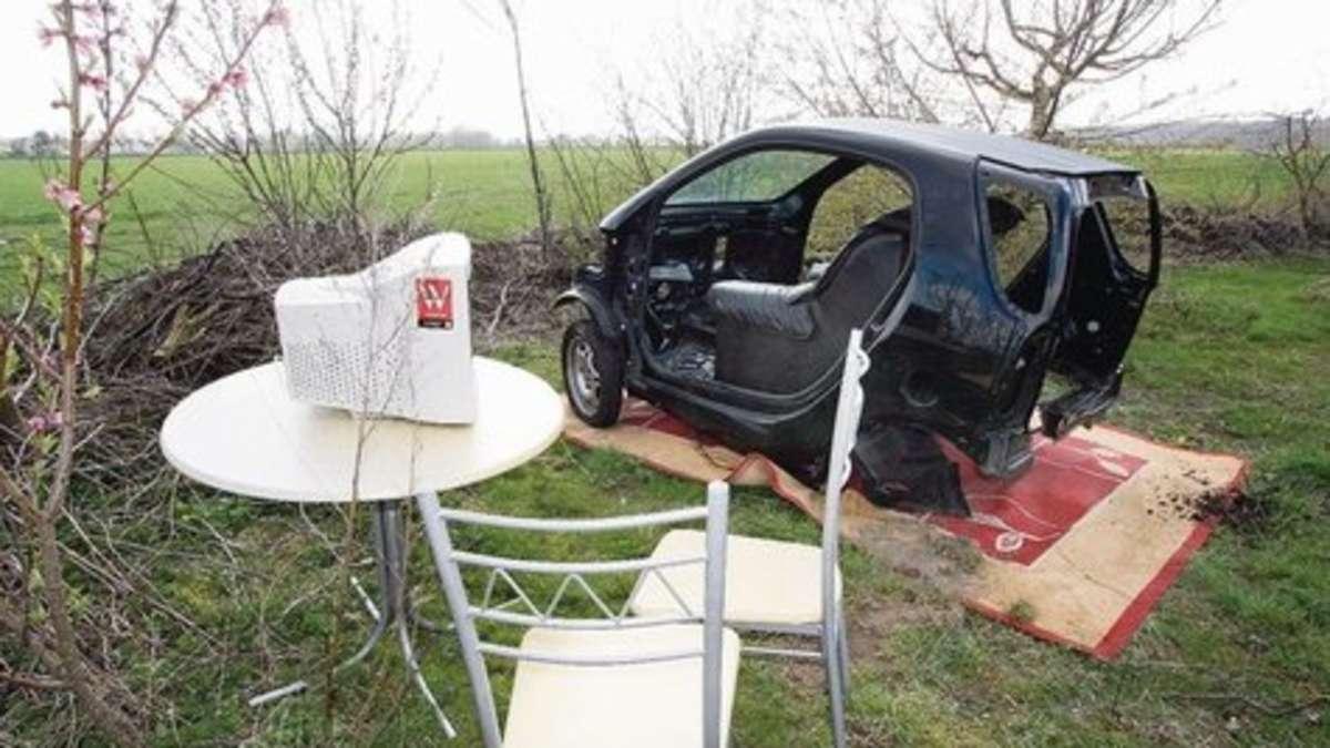 Arrangement mit Auto und Teppich erweist sich als Ärgernis