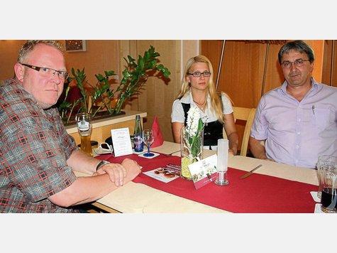 Christoph Kemp und Josef Seidl (rechts) vom Verein Monte Christo unterstützen Anja Darsow bei ihrem Bemühen, die Unschuld ihres Mannes zu beweisen.