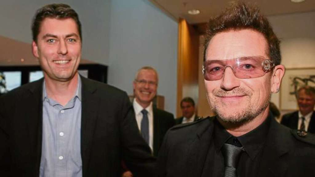 U2-Sänger Bono und den SPD-Bundestagsabgeordneten Dr. <b>Sascha Raabe</b> verbindet ... - 366608937-bono-sascha-raabe-oavQ174a7