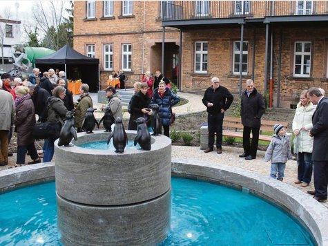 Rund 270.000 Euro hat die neue Grünananlage samt August-Gaul-Brunnen vor dem künftigen Kompetenzzentrum für Demenz an der Großauheimer Hauptstraße gekostet.