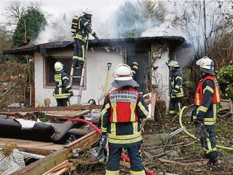 flammen zerst rten zwei gartenh tten in offenbach feuerwehr im einsatz offenbach. Black Bedroom Furniture Sets. Home Design Ideas