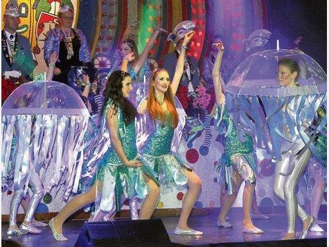 """Als Meerjungfrauen und Quallen begeistern die Tänzerinnen der Gruppe """"Showtime"""" das Publikum im Riesensaal.  JFotos (3): Hampe"""