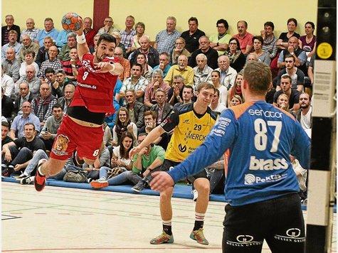 Vier Tore und eine Rote Karte: Christian Schmid (links) fehlt der HSG Rodgau Nieder-Roden kommendes Wochenende. - Foto: Eyßen