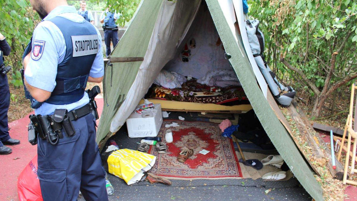 Polizei räumt Obdachlosenlager am Kaiserlei zwischen