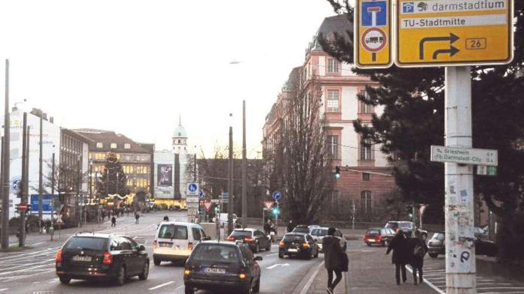 Feierabend-Verkehr auf der B26 innerhalb Darmstadts, die im Bereich des Jugenstilbads Landgraf-Georg-Straße heißt.