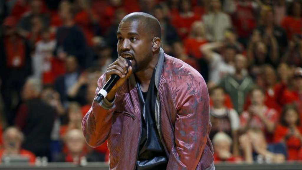 Kanye West in der Pause eines NBA-Spiels.