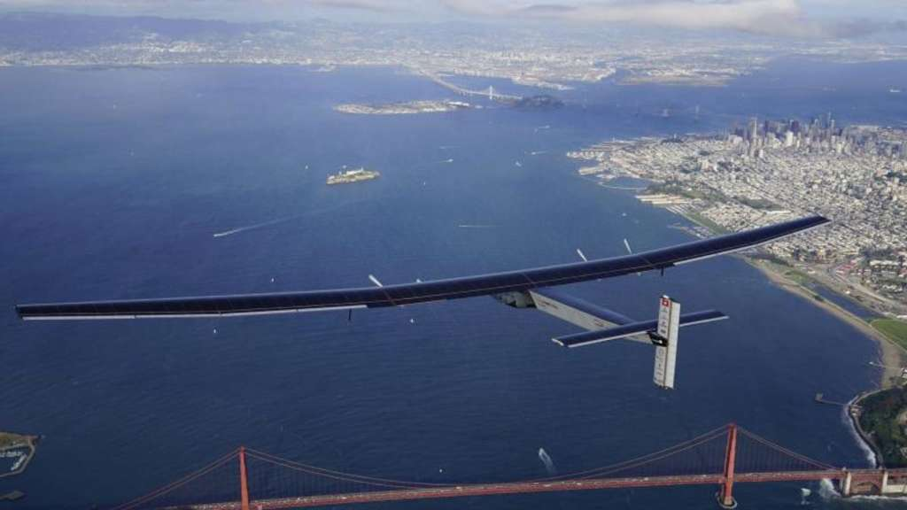 "Die ""Solar Impulse 2"" über der Golden Gate Bridge in San Francisco. Foto: Jean Revillard"