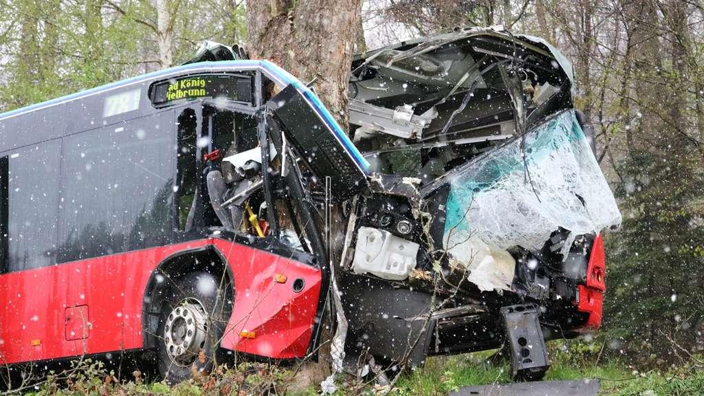 Bus kommt von Fahrbahn ab: 17-Jährige schwer verletzt