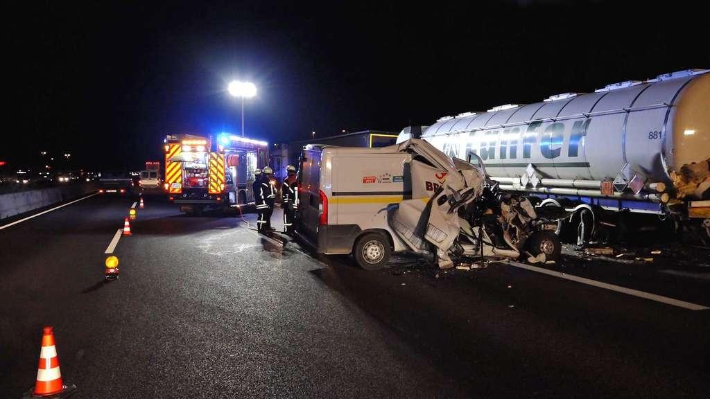 Ein Schwerverletzter | Kleinlaster kracht in Gefahrenguttransport