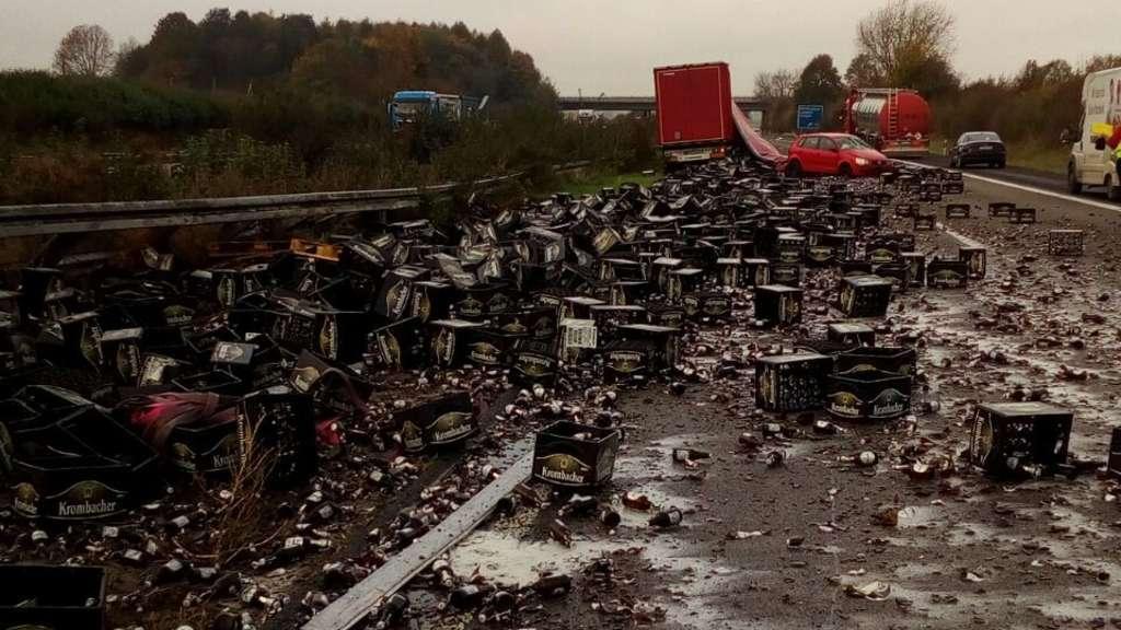 Unfall auf A45: Hier liegen 1500 Kisten Bier auf der Straße
