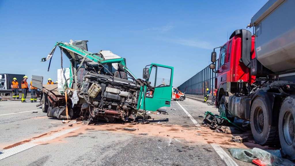Lastwagen fährt auf Kieslaster Drei Verletzte auf A5