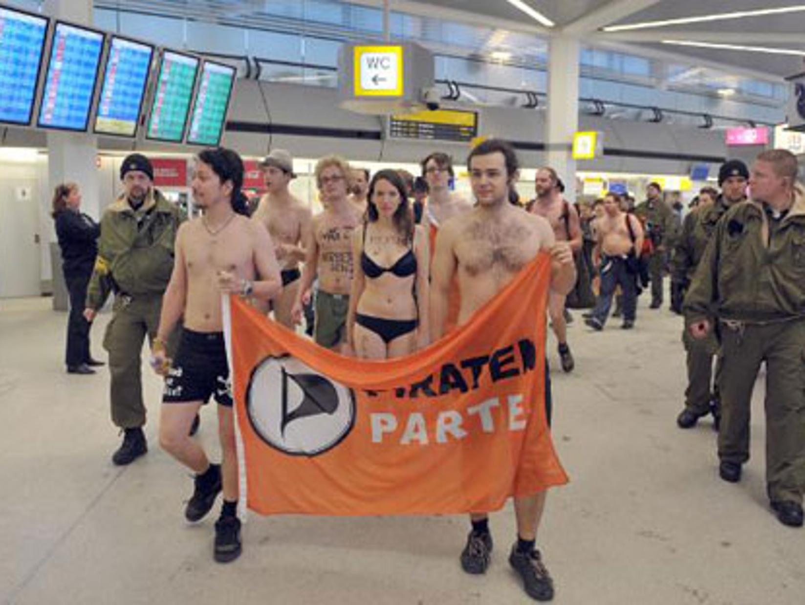 naked-airport-security-suck-cock-bet-video