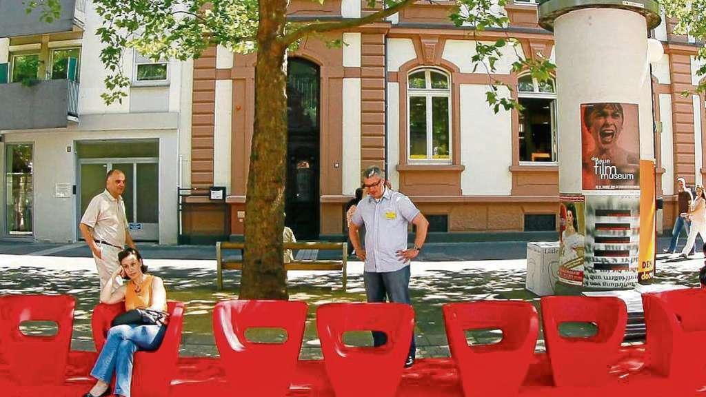 Rote Stühle auf rotem Teppich am Aliceplatz in Offenbach
