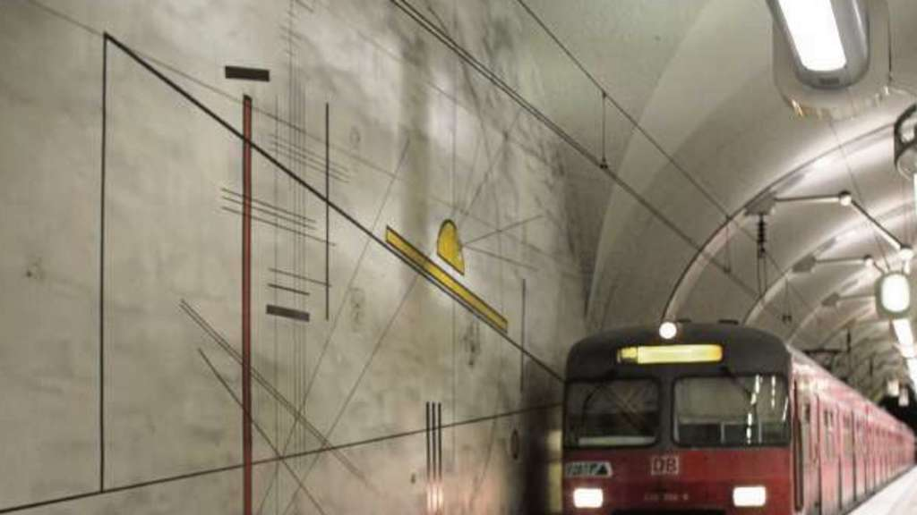 "Die Malereien an den S-Bahnhöfen erinnern frappierend an Wassily Kandinskys ""Diagram 22"" in ""Point and Line to Plane""."