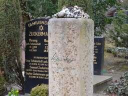 Viele kleine Steine oben auf der Grabstele von Stefan Heym - der 2001 verstorbene Schriftsteller und Alterspräsident des Deutschen Bundestags ist ebenfalls in Weißensee beigesetzt. Foto: Andreas Heimann