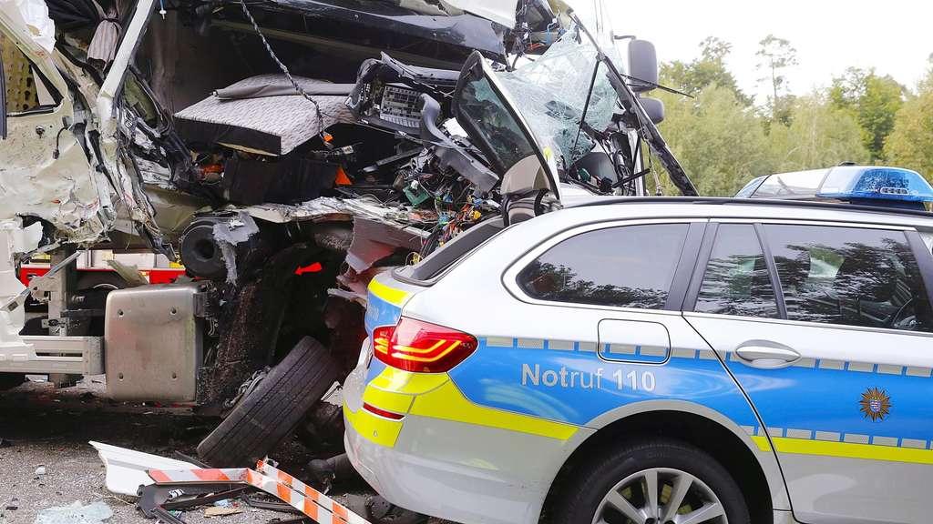 Spur der Verwüstung: Rettungskräfte bei Unfall auf der A3 bei ...