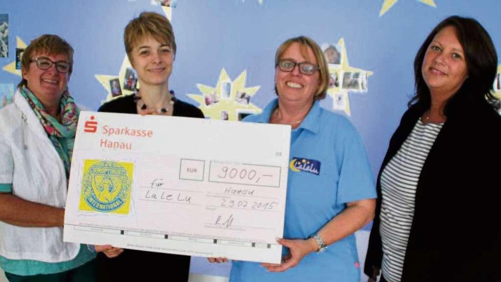 Stolze 9000 Euro übergaben Brigitte Leipold (1. HREC; l.), Ritva Knof (Präsidentin Soroptimist Club Hanau; 2. v. r.) und SI-Schriftführerin Susanne Viel (r.) an Heike Heil von LaLeLu.
