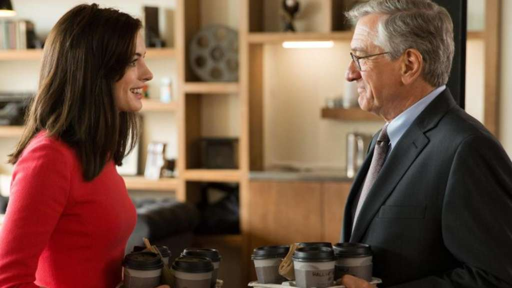 Ben Whittaker (Robert De Niro) und Jules Ostin (Anne Hathaway) sind sich sehr sympathisch. Foto: Francois Duhamel/WARNER BROS. ENTERTAINMENT INC. AND RATPAC-DUNE ENTERTAINMENT LLC