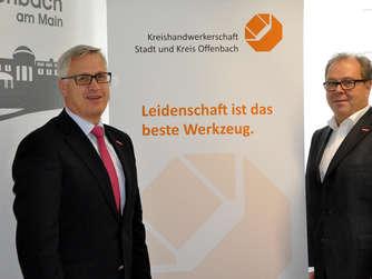 Kreishandwerksmeister Wolfgang Kramwinkel (rechts) und Geschäftsstellenleiter Uwe Czupalla werben fürs Handwerk in Stadt und Kreis Offenbach. Foto: Marc Kuhn