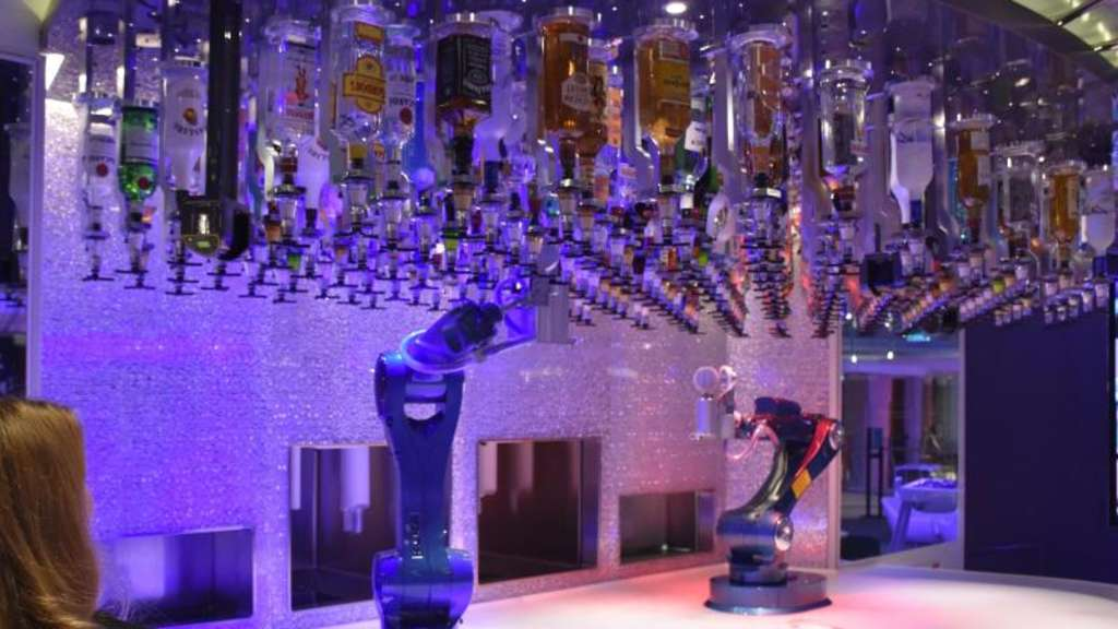"Roboterarme der ""Bionic Bar"" auf der ""Anthem of the Seas"". Foto: Chris Melzer"