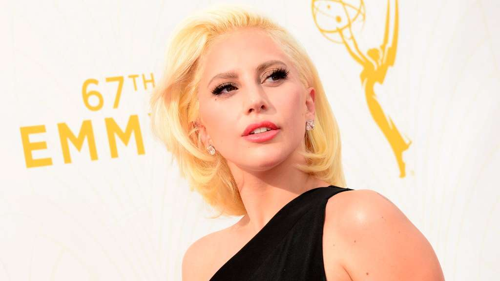 "FILE - Lady Gaga arrives for the 67th annual Primetime Emmy Awards held at the Microsoft Theater in Los Angeles, California, USA, 20 September 2015. EPA/PAUL BUCK (zu dpa ""Super Bowl: Lady Gaga singt Nationalhymne vor NFL-Endspiel"" vom 03.02.2016) +++(c) dpa - Bildfunk+++"
