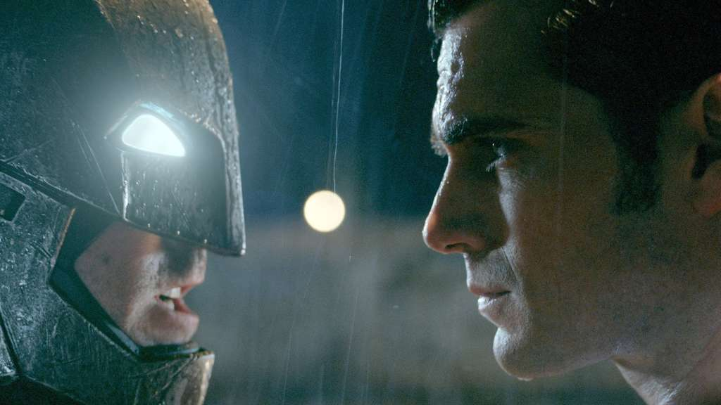 "Ben Affleck (l) als Batman/ Bruce Wayne und Henry Cavill als Superman/ Clark Kent in einer Szene des Kinofilms ""Batman V Superman: Dawn Of Justice"""