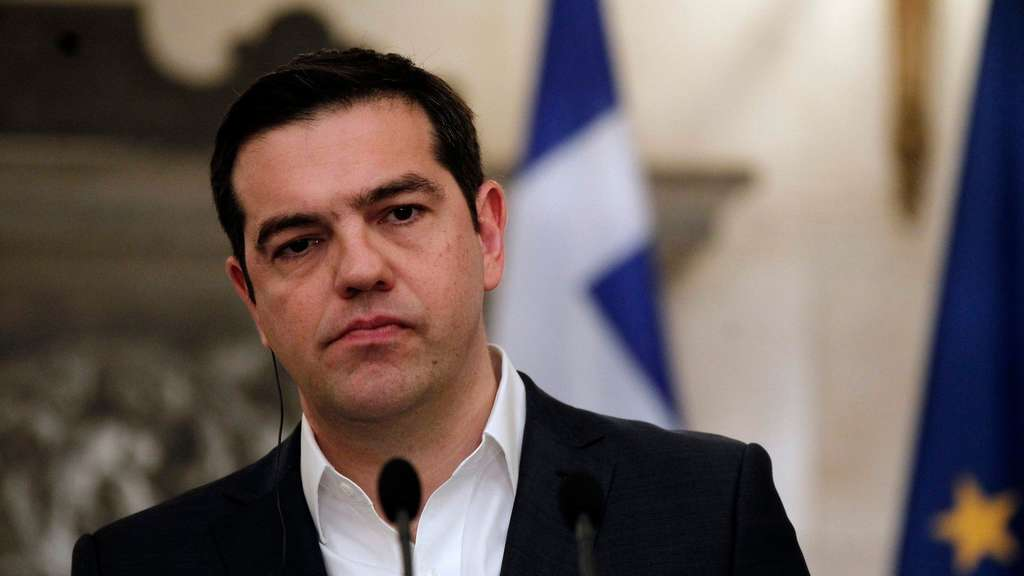 epa05254340 Prime Minister Alexis Tsipras addresses reporters after meeting with Portuguese Prime Minister Antonio Costa (not pictured) during a news conference at Maximos Mansion, in Athens, Greece, 11 April 2016. EPA/ALEXANDROS VLACHOS +++(c) dpa - Bildfunk+++