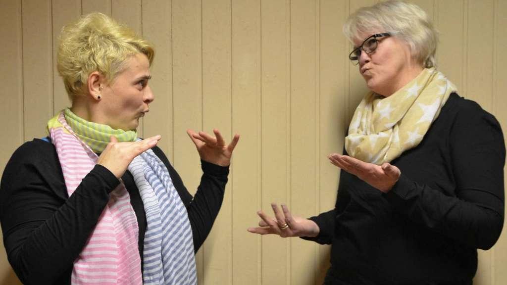 Schnell und flüssig bewegen Sandra Keller (links) und Claudia Ruess im Gespräch ihre Hände. Wer die Grundlagen der Deutschen Gebärdensprache lernen möchte, kann bei den beiden Kurse belegen. - Foto: Prochnow
