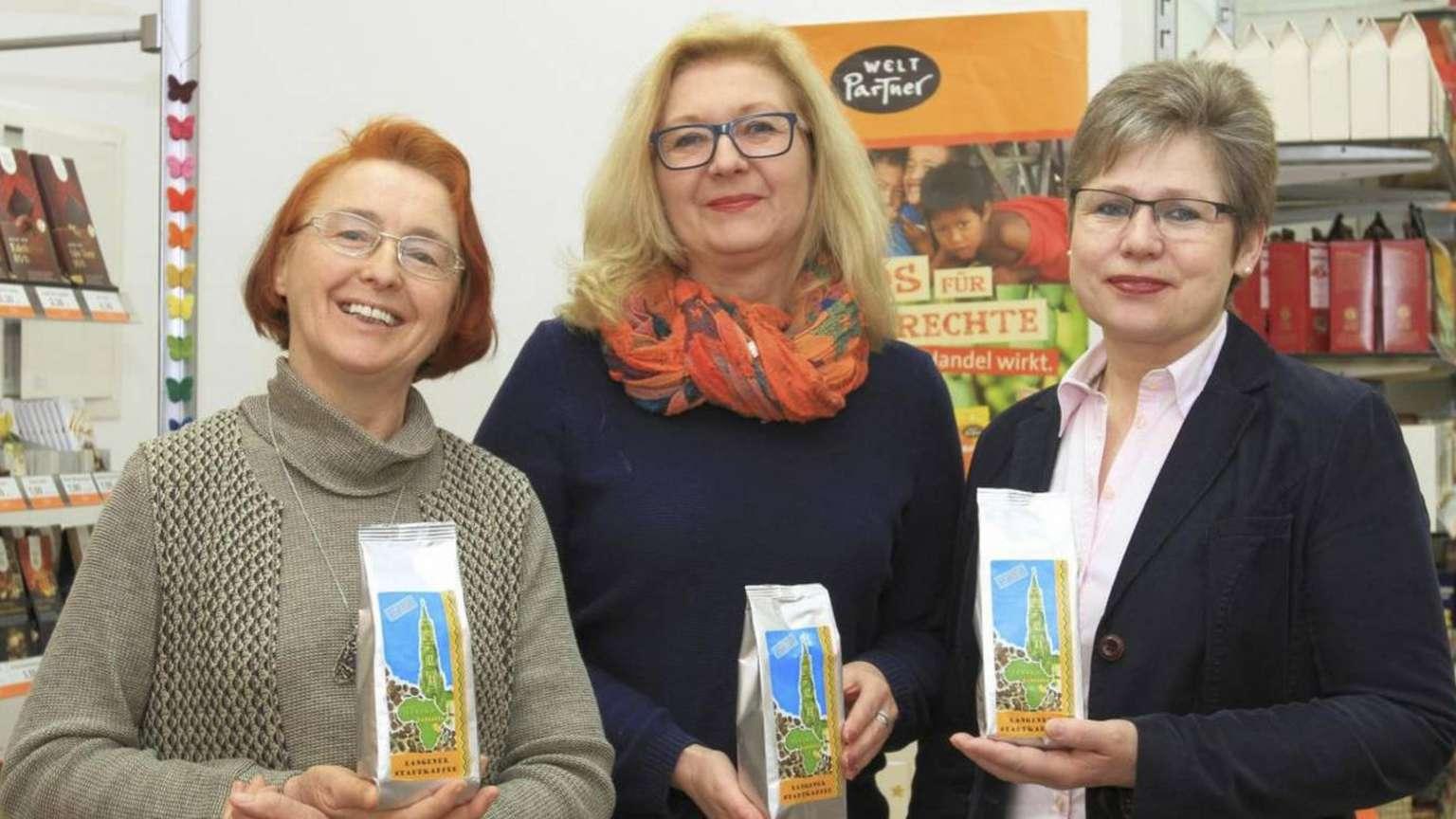 """Margarete Rölz vom Weltladen, Künstlerin Martina Retzdorff und Hedi Goldbach aus der Fairtrade-Steuerungsgruppe (von links) sind maßgeblich daran beteiligt, dass der """"Langener Stadtkaffee"""" nun käuflich zu erwerben ist.  - Fotos: p"""