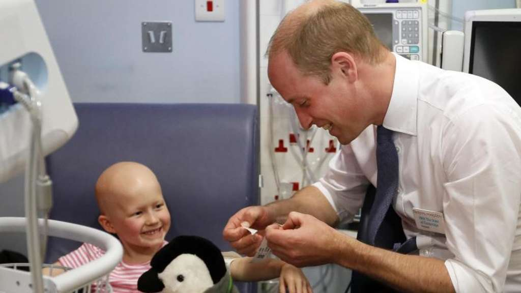 Der britische Prinz William (r) im Royal Marsden Hospital in Sutton mit der 6-jährigen Daisy Wood. Foto: Kirsty Wigglesworth