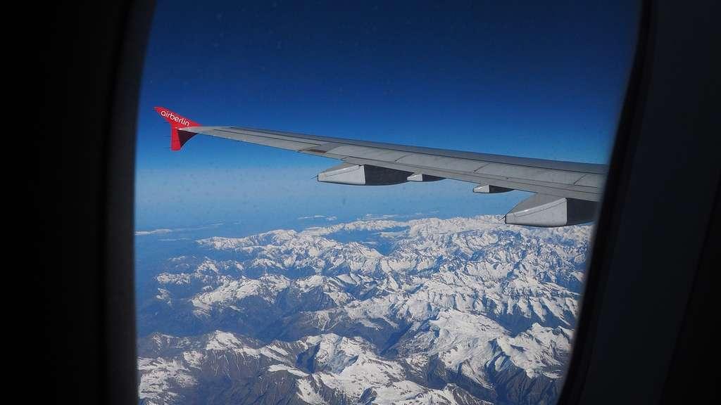 warum sind flugzeugfenster eigentlich immer oval nie eckig reise. Black Bedroom Furniture Sets. Home Design Ideas