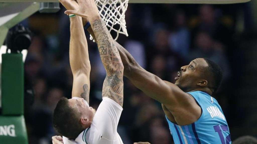 Dwight Howard (r.) von den Charlotte Hornets blockt am Korb Daniel Theis von den Boston Celtics.
