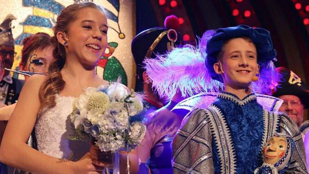 Das TGS-Kinderprinzepaar Patricia und Stefano genoss sichtlich seinen ersten Auftritt vor dem närrischen Publikum bei der Galasitzung im Seligenstädter Riesensaal. (c)Foto: kama