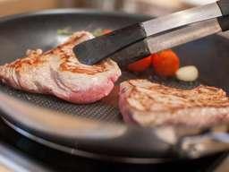 Obacht beim Anbraten von Fleisch oder Wurst:Zu dunkel sollte es nicht werden. Dabei können schädliche Stoffe entstehen. Foto: Christin Klose