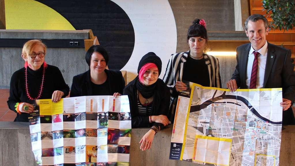 Ilona Metscher vom Atelierhaus B71, Ria Baumann von der städtischen Wirtschaftsförderung, die HfG-Studentinnen Sarah Melz und Jale Sommer sowie OB Felix Schwenke (von links) präsentieren den Luminale-Stadtplan, der ab heute unter anderem im OF-Infocenter am Salzgäßchen 1 ausliegt. Foto: mei