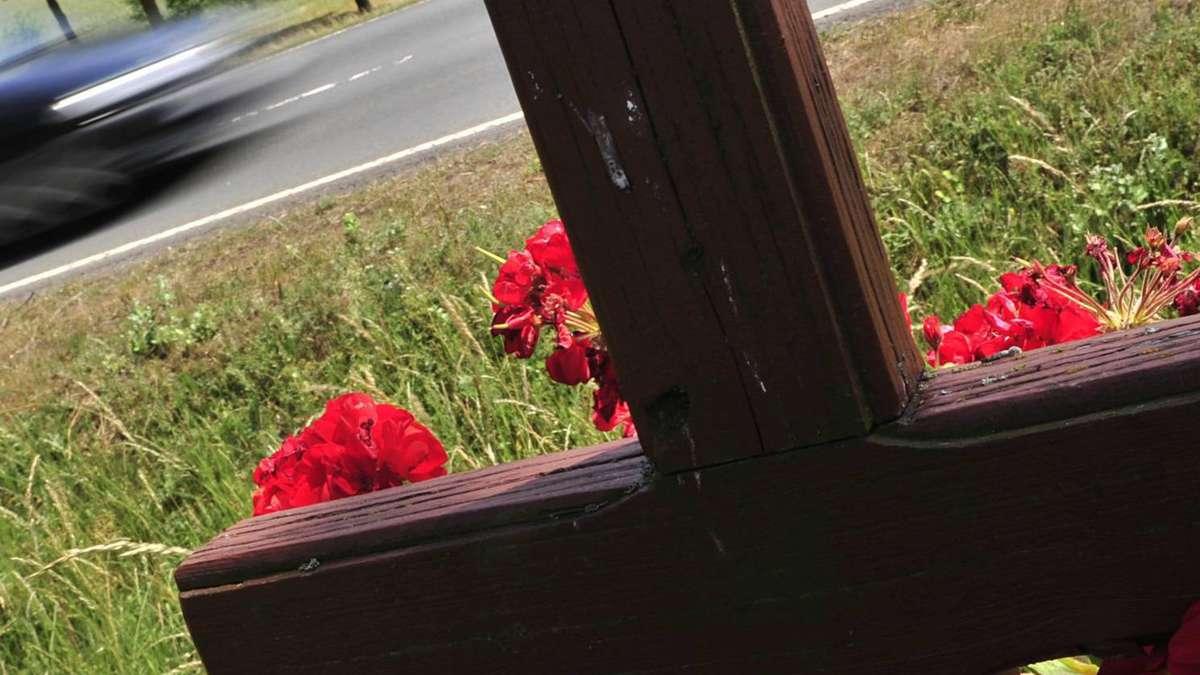 Mahnung Und Erinnerung Am Straßenrand Trauerkreuze Für Unfallopfer