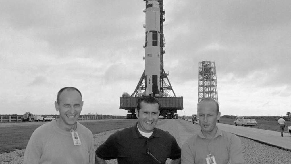 Alan Bean (L), Richard Gordon und Charles Conrad im September 1969 in Cape Kennedy vor der Raumfähre Saturn 5. Foto: Jim Bourdier/AP