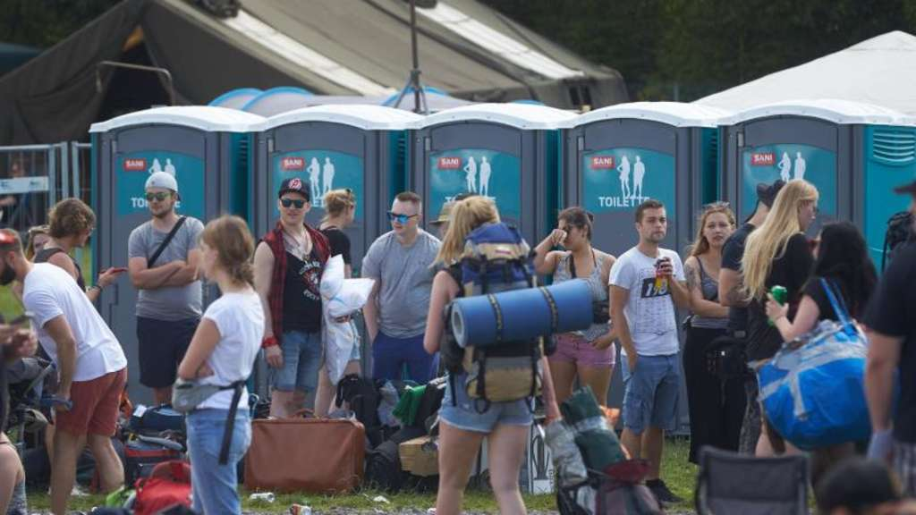 "Wartende vor Mobiltoiletten am Rande des Musikfestivals ""Rock am Ring"" in Nürburg. Foto: Thomas Frey"