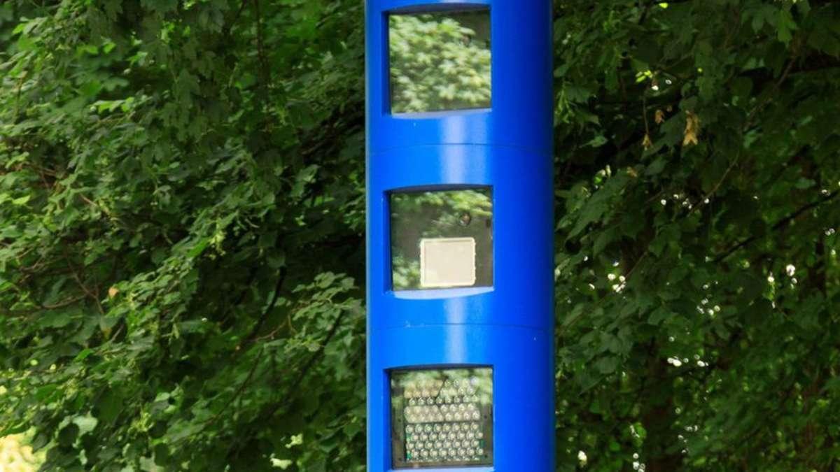Blaue Blitzersäulen