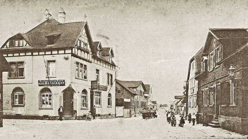 Einen Blick zurück in die Geschichte der Stadt soll die überarbeitete Chronik des Heimat- und Geschichtsvereins bieten. Das Bild aus dem Jahr 1926 zeigt das einstige Restaurant, Café Danz an der Ecke Wilhelm- und Heusenstammer Straße.