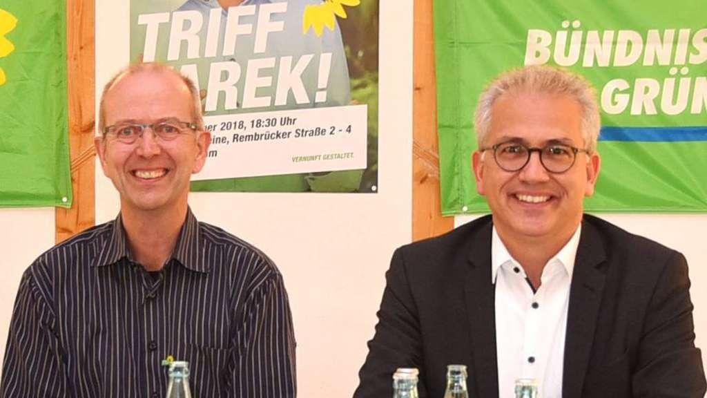 Heiner Wilke-Zimmermann und Wirtschaftsminister Tarek Al-Wazir im Saal für Vereine. Foto: Bechthold