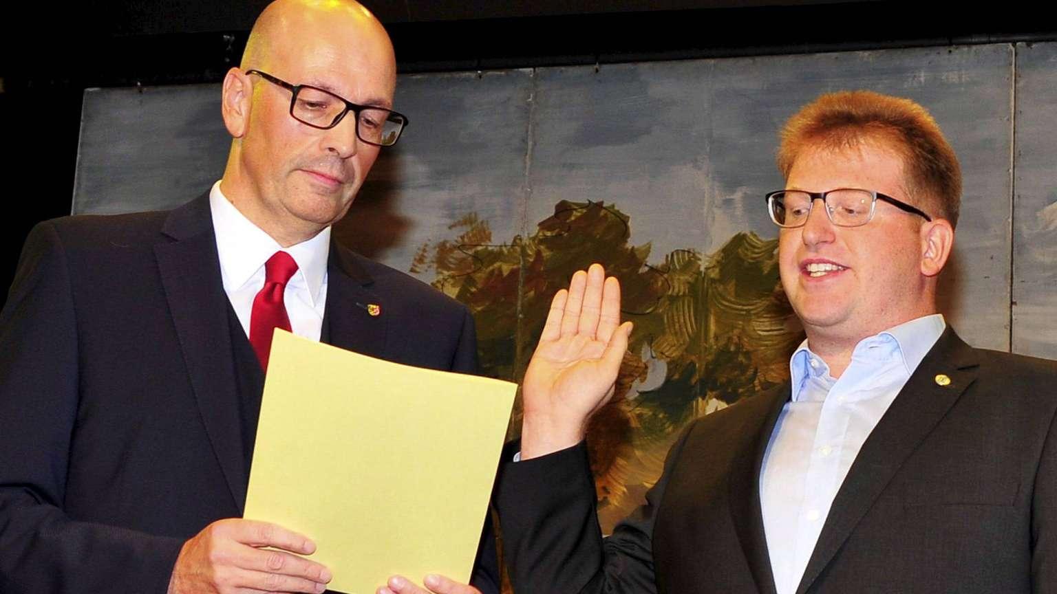 Stadtverordnetenvorsteher Dr.Richard Georgi nimmt Michael Gerheim den Amtseid ab