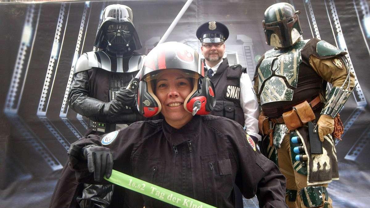Darth Vader und einWookiewerben für Kinderhospize