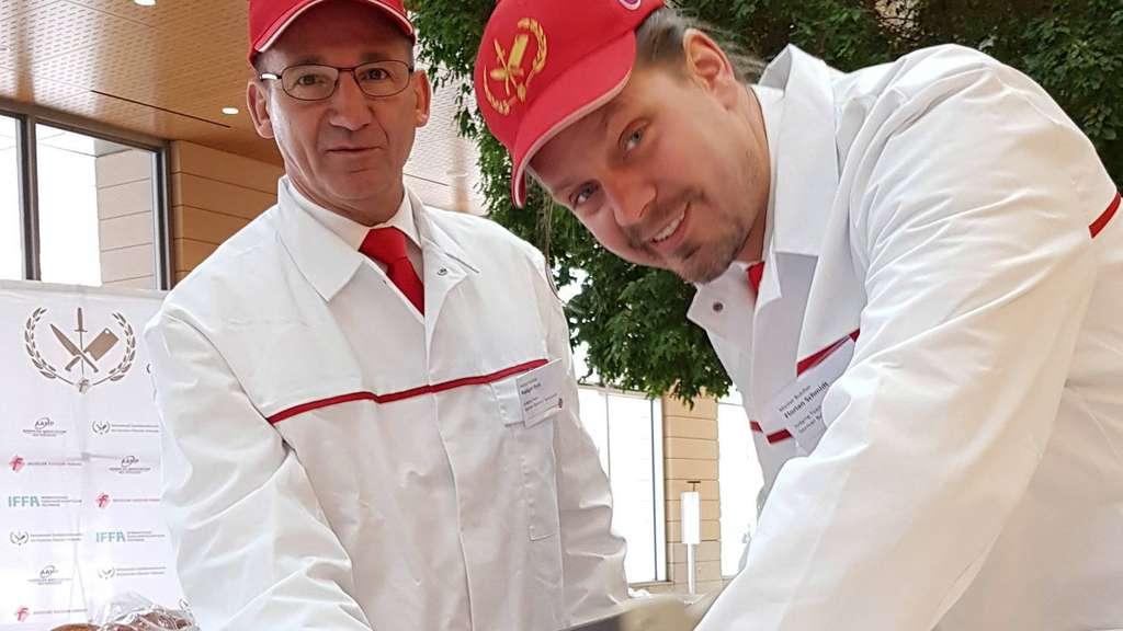 Ein Mühlheimer zeigt's den Amis: Altstadtmetzger Florian Schmidt (rechts) war als Prüfer beim zweiten deutsch-amerikanischen Qualitätswettbewerb für handwerkliche Fleischerzeugnisse in den USA zu Gast. Foto: p