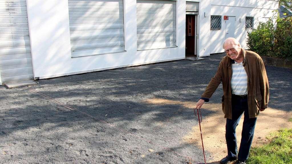 Sukzessive Verschönerungen: Freundeskreis-Vorsitzender Friedrich Jüde steht vor der Terrasse des Göpfert-Hauses, die aktuell neu gestaltet wird
