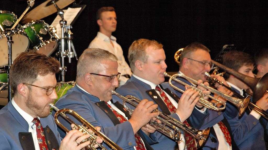"""Stark waren beim Adventskonzert die Trompeten- und Percussions-Sektionen der Weiskircher. Bei Steve Wonders """"Sir Duke"""" waren allen voran die Blechbläser gefragt und gefordert. Fotos: mecora"""