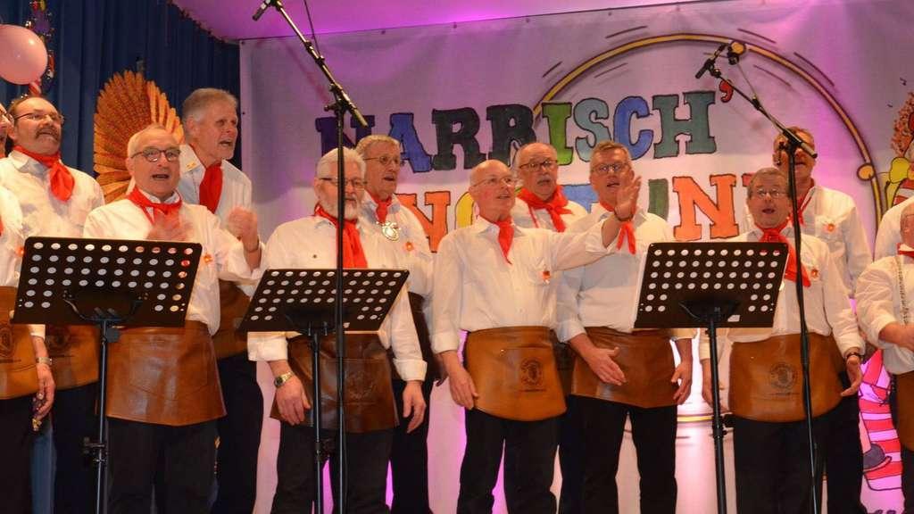"""Sie sind das Herz und die scharfe Zunge der Dudenhöfer Fastnacht: die """"Laternche""""-Sänger vom Männerchor. Fotos: Löw"""